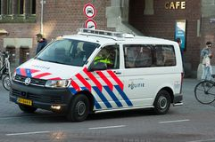 Nederlandse politiebestelwagen stock foto