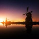 Nederlandse 's nachts molen Royalty-vrije Stock Foto's