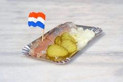 Nederlandse snack, zeevruchtensandwich met haringen, uien en ingelegd c stock foto's