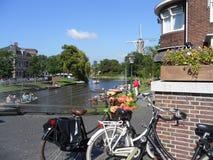 Nederlandse Stijl Sunny Weekend in Leiden, Nederland Royalty-vrije Stock Afbeeldingen