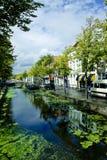 Nederlandse straat met kanaal Royalty-vrije Stock Afbeeldingen