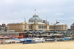 Nederlandse strandtoevlucht met beroemd hotel Kurhaus. Stock Foto