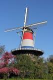 Nederlandse torenmolen in Leiden, gekleed in rood, wit en blauw Stock Fotografie