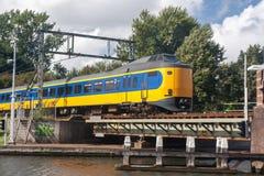 Nederlandse trein die brug kruisen Royalty-vrije Stock Foto