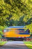 Nederlandse trein die een kruising overgaan Stock Afbeeldingen