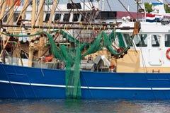 Nederlandse visserijsnijders in de haven Stock Foto's