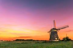 Nederlandse waterbeheersing met de windmolens met vrije plaats voor bericht Royalty-vrije Stock Fotografie