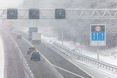 Nederlandse weg tijdens de wintersneeuw Royalty-vrije Stock Afbeeldingen