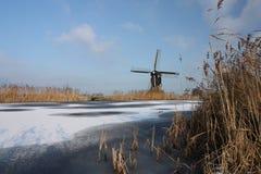 Nederlandse windmolen in de winter Stock Foto's