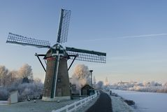Nederlandse windmolen in de winter stock foto