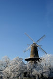 Nederlandse windmolen in de winter Stock Afbeelding