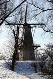 Nederlandse windmolen in de winter Stock Afbeelding
