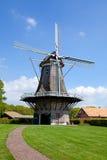 Nederlandse windmolen dichtbij dorp Appel Stock Afbeelding