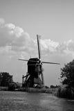 Nederlandse windmolen door kanaal Stock Foto