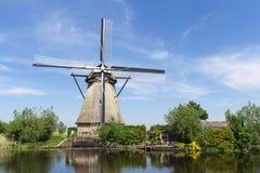 Nederlandse windmolen en Afgeworpen weinig Royalty-vrije Stock Fotografie