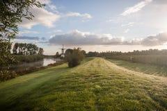 Nederlandse Windmolen en Dramatische Hemel stock foto