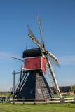 Nederlandse windmolen in het landbouw plaatsen stock afbeelding