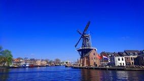 Nederlandse windmolen in Holland stock fotografie