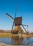Nederlandse windmolen met scoopwheelpomp Stock Afbeeldingen