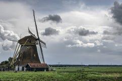 Nederlandse windmolen onder dramatische hemel royalty-vrije stock afbeeldingen