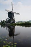 Nederlandse windmolen op een kanaal Stock Foto's