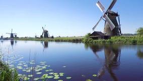 Nederlandse windmolen over rivierwateren stock videobeelden