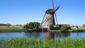 Nederlandse windmolen over rivierwateren stock video