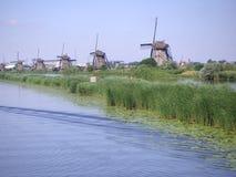 Nederlandse windmolens langs kanaal Royalty-vrije Stock Afbeeldingen