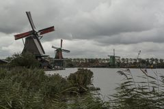 Nederlandse windmolens in Zaanse Schans stock afbeelding