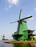 Nederlandse windmolens in Zaanse Schans in Nederland. Stock Foto's