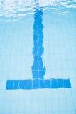 Nedersta grändlinje av simbassängen Arkivfoto