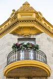 Nedersta sikt av balkongen för runt trä och metalloch den utsmyckade guld- kornischen royaltyfri foto