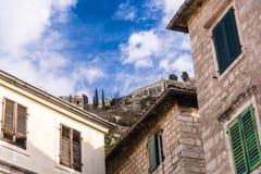 Nedersta sikt av den gamla fästningväggen från gatorna av den gamla medeltida staden royaltyfria bilder