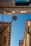 Nedersta sikt av den traditionella gatalampan på en gammal Venetian housein mitt av dagen med en blå himmel Royaltyfri Bild