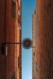 Nedersta sikt av den traditionella gatalampan på ett gammalt Venetian hus mitt i dagen med en blå himmel Royaltyfri Fotografi