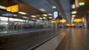 Nedersta sikt av flygplatsrulltrappan, folk som flyttar sig till porten på passagerarterminalen arkivfilmer