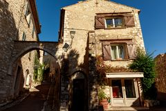 nedersta sikt av forntida stenbyggnader på den gamla staden, Antibes, Frankrike royaltyfria foton