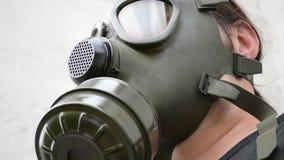 Nedersta sikt av gasmasken på arkivfilmer
