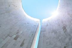 Nedersta sikt av halvcirkelformiga väggar av den minimalist stads- designen - futuristisk bakgrund för arkitektur med reflekterad Royaltyfria Bilder