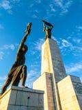 Nedersta sikt av Liberty Statue på den Gellert kullen i Budapest, Ungern, Europa arkivfoto