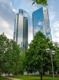 Nedersta sikt av 155 meter höga Deutsche Bank Royaltyfri Fotografi