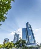 Nedersta sikt av 155 meter höga Deutsche Bank tvillingbröder Arkivbilder