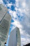 Nedersta sikt av 155 meter höga Deutsche Bank tvillingbröder Royaltyfria Bilder