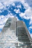 Nedersta sikt av 155 meter höga Deutsche Bank tvillingbröder Royaltyfria Foton
