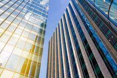Nedersta sikt av moderna skyskrapor i affärsområde mot b arkivbilder