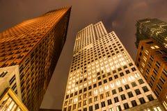 Nedersta sikt av moderna skyskrapor på natten Utrikesdepartementet i Hague, Nederländerna royaltyfria bilder
