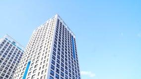 Nedersta sikt av nya bostads- höghus med blå himmel stads- miljö Ram Nyast bostads- komplex royaltyfri foto