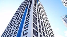 Nedersta sikt av nya bostads- höghus med blå himmel stads- miljö Ram Nyast bostads- komplex arkivfoto