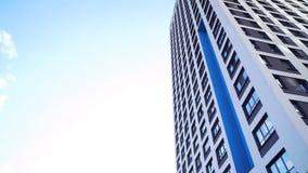Nedersta sikt av nya bostads- höghus med blå himmel stads- miljö Ram Nyast bostads- komplex royaltyfria bilder