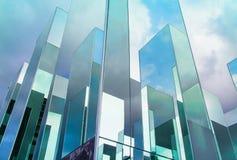 Nedersta sikt av reflexionen av blå himmel på byggnadsspegeln Arkivbild